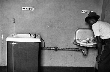 Elliott Erwitt: Segregation Fountains, North Carolina, 1950