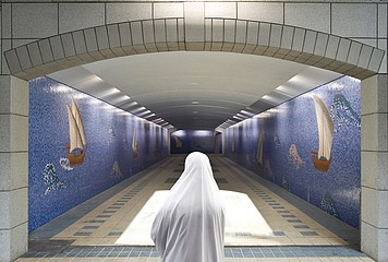 Jeffris Elliott: Muslim Woman in White Burka, 2008