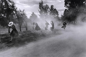 Larry Towell: Mennonite women in duststorm, 1994
