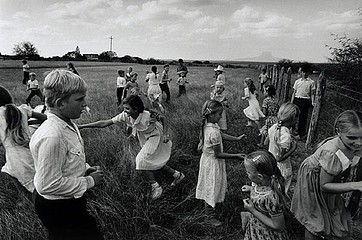 Larry Towell: Children playing, 1994