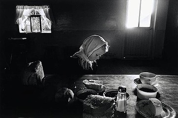 Larry Towell: Helen Dyke at table, 1992
