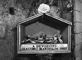 Margaret Stratton: Momento Mori, Third Level, Santa Maria Delle Anime Del Purgatorio, Naples, 2002