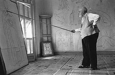 Robert Capa: Henri Matisse drawing sketches, 1950